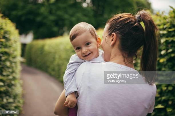 Bebé y la madre en el parque