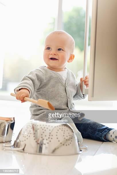 Bebé la guitarra en Colador con cuchara de madera