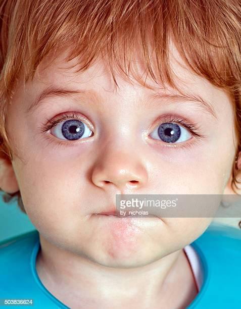 Bébé Se mordre les lèvres