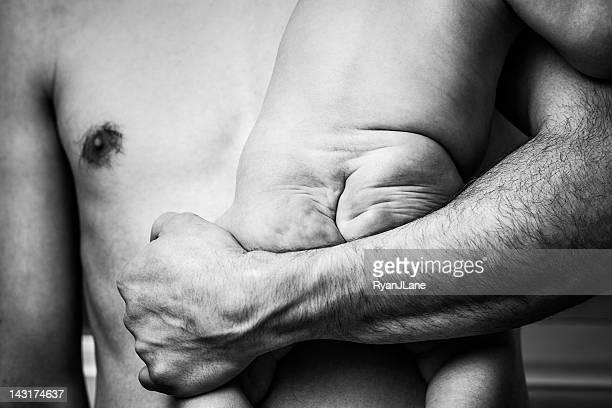 Fond de bébé avec les pères les bras