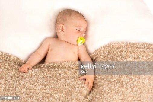 baby boy despierto : Foto de stock