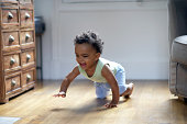 "baby boy ""crawling"" (Controlo) e sorrir"