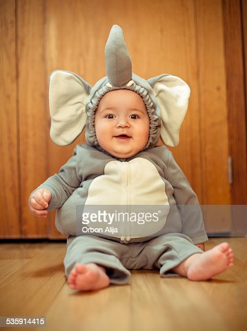 Elefantes bebé niño vestido de costume : Foto de stock
