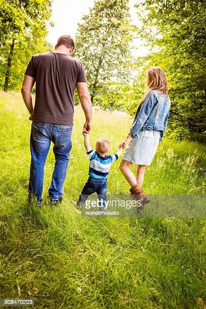 Niño bebé explorar Park con sus padres.