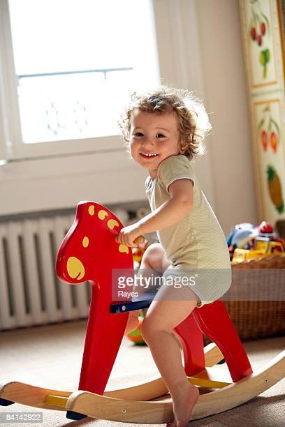 baby boy auf Spielzeug Schaukelpferd