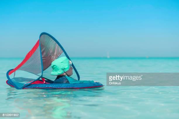 Baby Boy spelen in Water op tropisch strand, Cuba