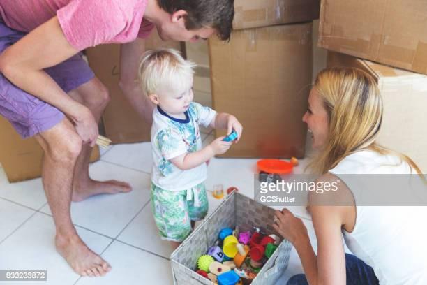 Baby Junge spielt mit seinen Spielsachen