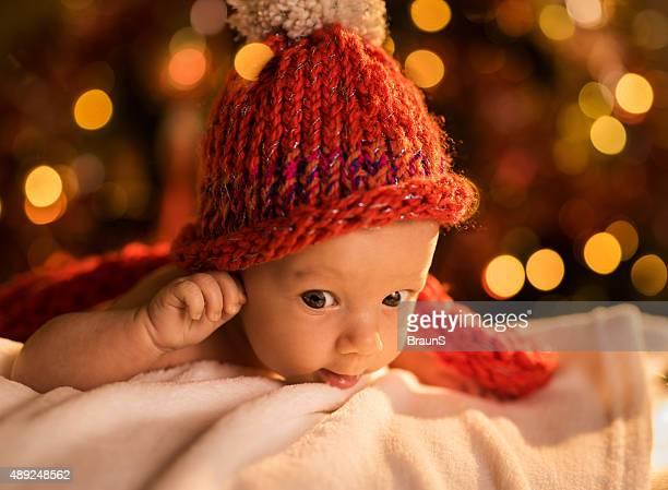 Petit garçon de bébé se détendre sur couverture bébé durant le nouvel an.