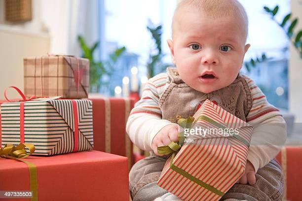 Petit garçon avec des cadeaux de Noël