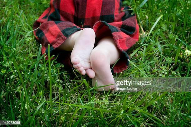 Baby Krabbeln auf Gras