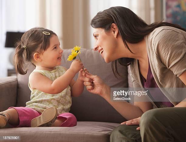 Sa petite fille donnant mère