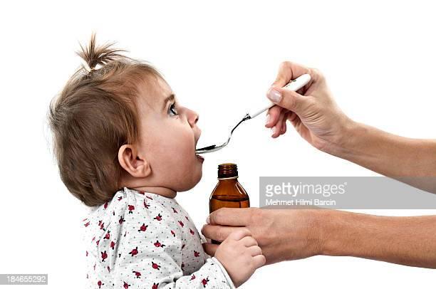 Carino bambino ragazza bere sciroppo di medicina