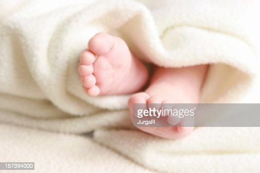 赤ちゃんの足にホワイトのソフトな毛布