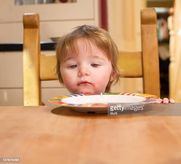 Bebê menina na mesa de cozinha