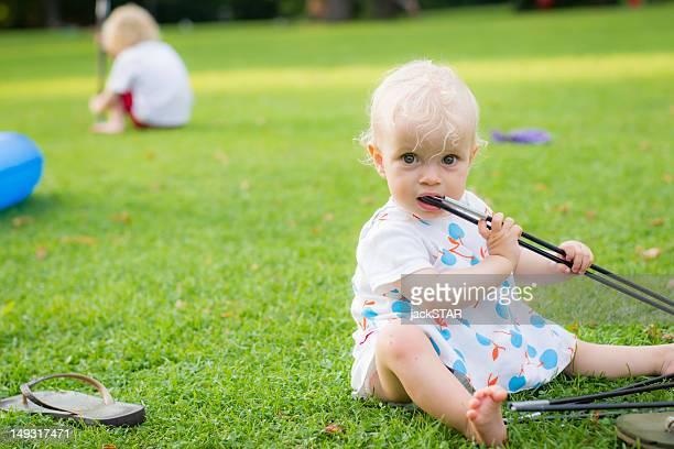 Weibliches Baby Kauen Spielzeug im Garten