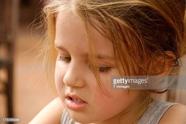 Baby Mädchen konzentriert