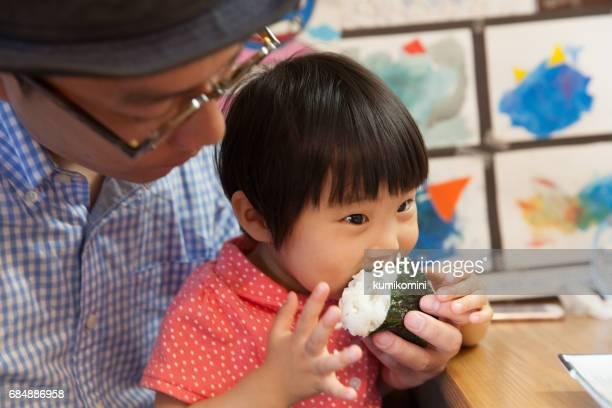女児が食事を食べる