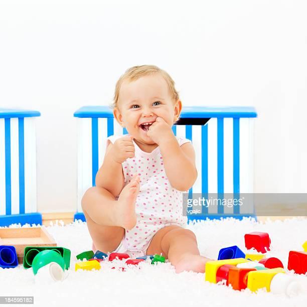Bebé niña divirtiéndose en casa