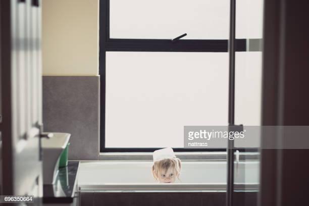 Babymädchen, die Spaß in der Badewanne