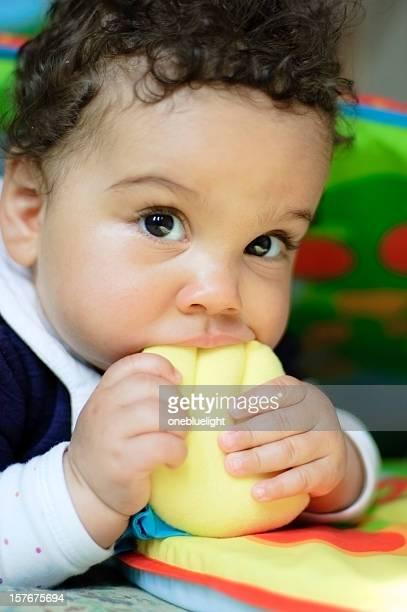 Niña bebé (9 meses de antigüedad) se vengan juguetes