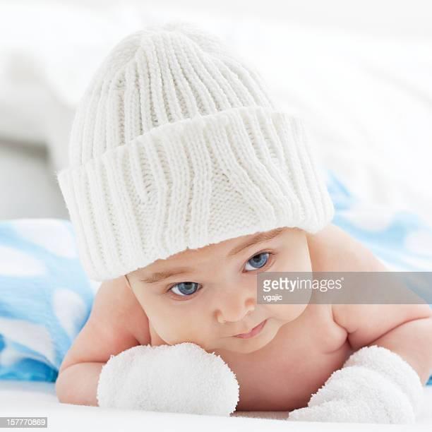 Soleil bébé fille portant bonnet en tricot