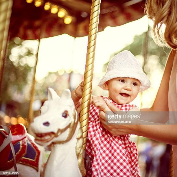 Bébé fille sur un tour de manège