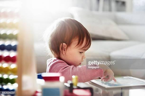 Bambino ragazza utilizzando una tavoletta digitale