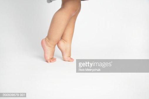 всей 9 месяцев ребенок встает на носочки выбрать диван свой