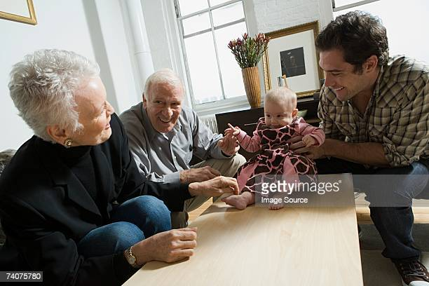 Baby Mädchen mit Vater und Großeltern