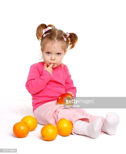 Bambino ragazza con frutta