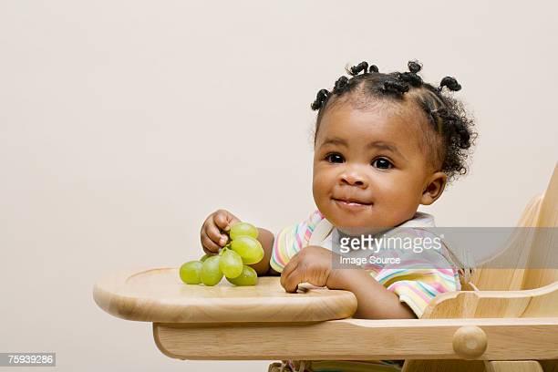 Baby Mädchen mit Weintrauben