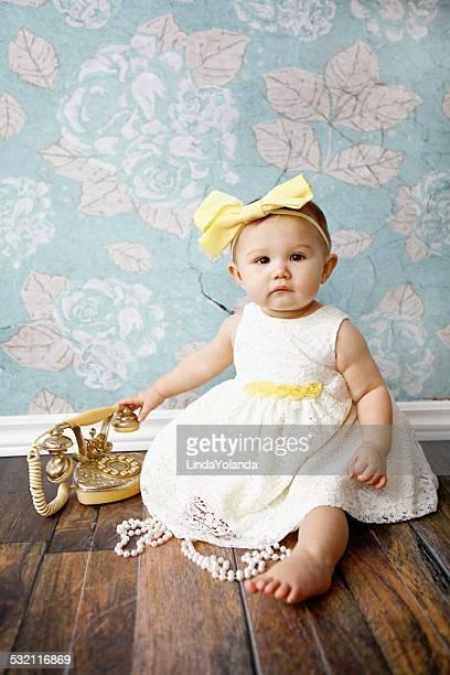 Baby Mädchen mit Vintage-Telefon