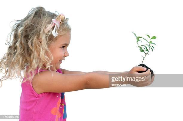 Bambino tenendo una pianta
