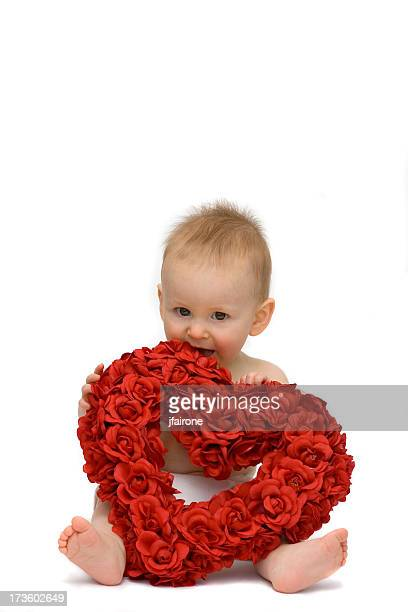 Bambino con fiori a forma di cuore