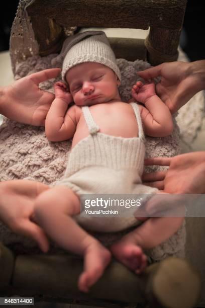 Baby in einem hölzernen Bett