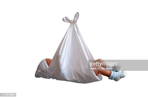 Baby in Leinen-Tasche.