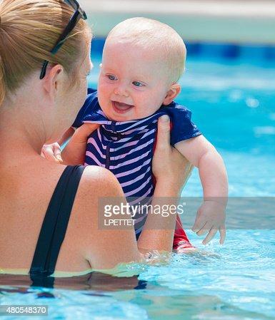 Bebê aprendendo a nadar com sua mãe : Foto de stock