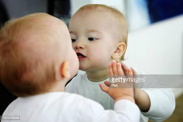 Bebé mirando a sí misma en un espejo