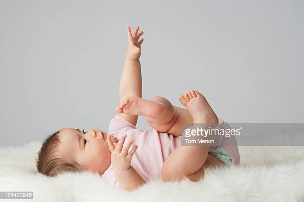 Um bebê deitado