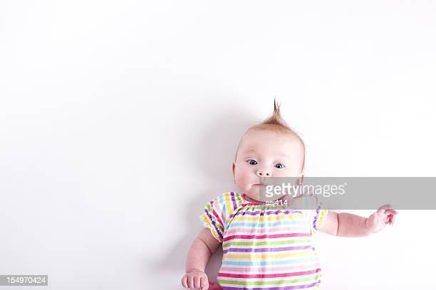 Baby auf weißem Hintergrund, Grimassen schneiden Sporting Mohawk