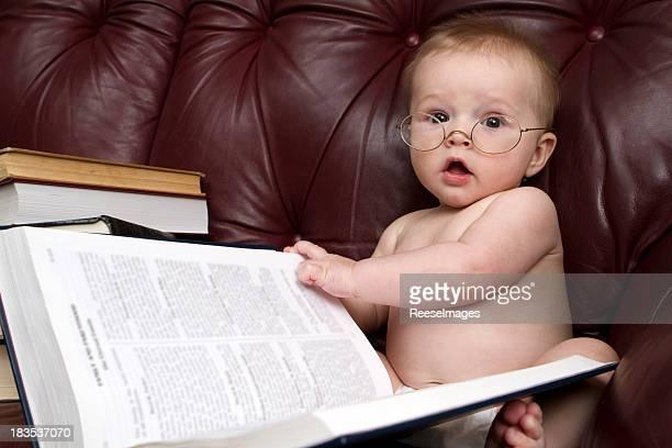 Süßes Baby lesen ein Buch