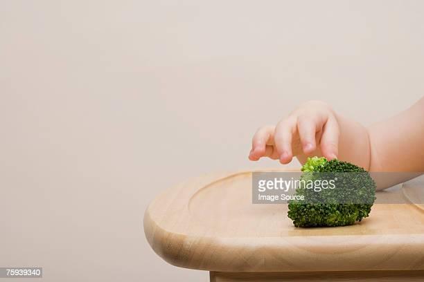 Baby mit Brokkoli