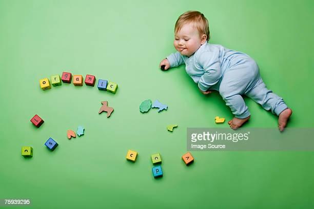 Bambino con costruzione a blocchi ortografia organico