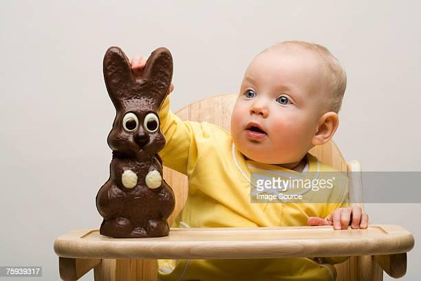 Bébé avec Lapin en chocolat