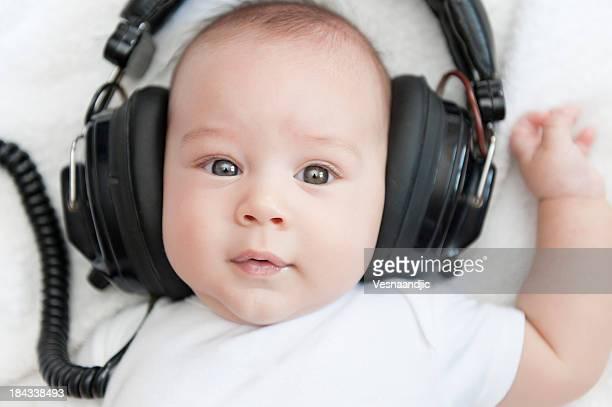 Bébé avec écouteurs