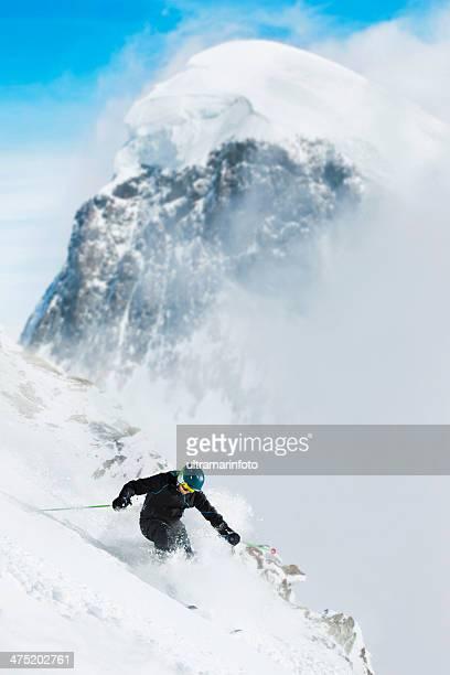 Esquí de fuera de pista de nieve en polvo