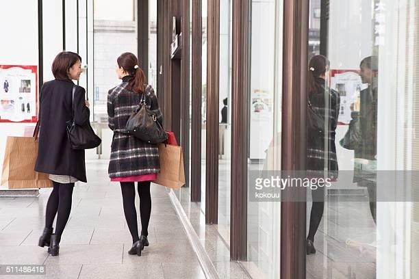 バックスタイルの女性のショッピングバッグ