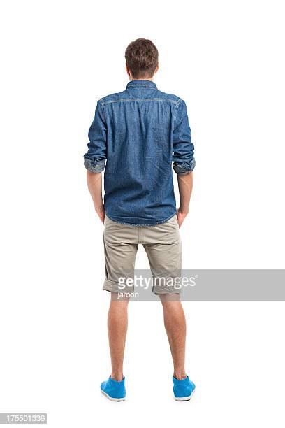 Parte posterior de joven hombre atractivo en camisa vaqueros
