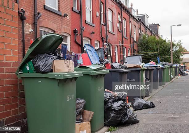 Retro street, piena di rifiuti e cestini di Leeds