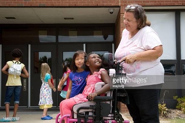 Torna a scuola per piccoli ragazza in sedia a rotelle